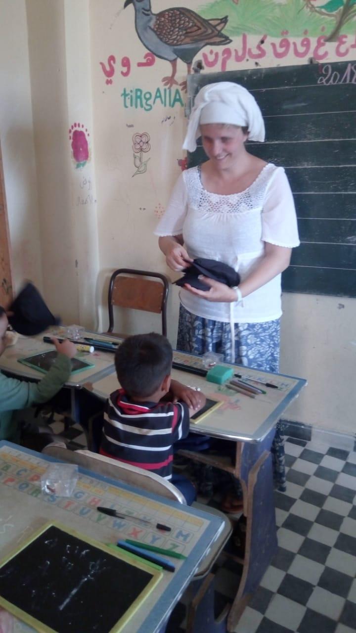 notre ai,able volontaire Delphine en classe
